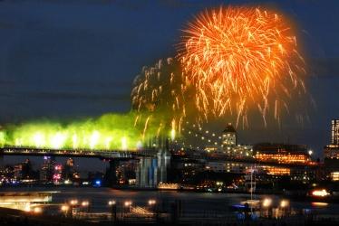 New York Lands: Fireworks Over the Brooklyn Bridge